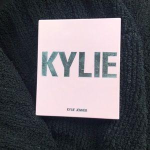 Kylie Jenner pressed bronzing powder
